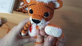 Новогодние тигрята крючком. Видео мастер-класс, схема и описание по вязанию игрушки амигуруми
